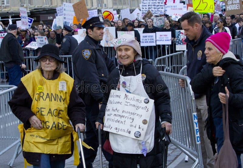 Διαμαρτυρόμενοι έξω από τον πύργο ατού την ημέρα Προέδρου ` s στοκ εικόνες
