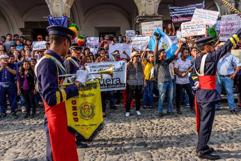 Διαμαρτυρόμενοι & μπάντα, ημέρα της ανεξαρτησίας, Γουατεμάλα στοκ εικόνες με δικαίωμα ελεύθερης χρήσης