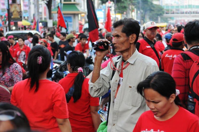 Διαμαρτυρόμενος κόκκινος-πουκάμισων στοκ φωτογραφία