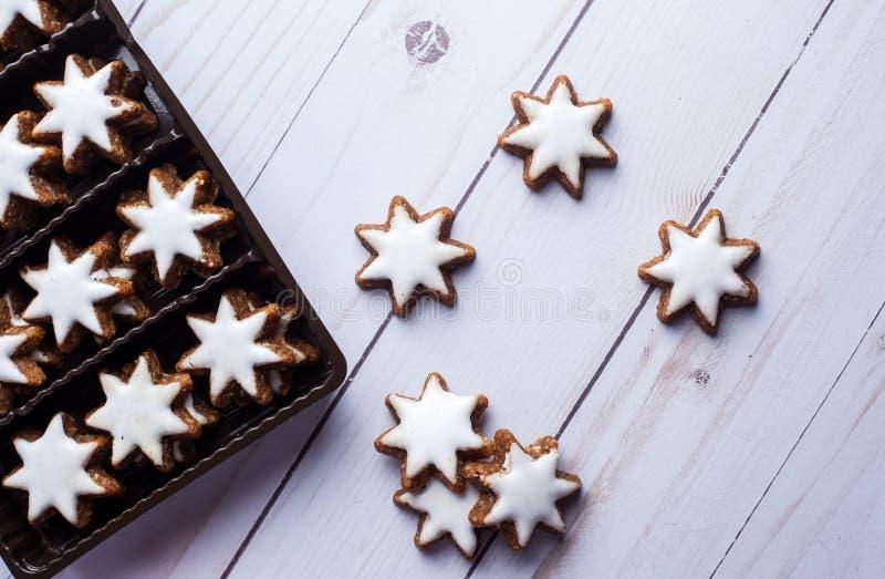 Διαμορφωμένα αστέρι μπισκότα μελοψωμάτων με το πάγωμα στο κιβώτιο και το επίπεδο Λα στοκ εικόνα με δικαίωμα ελεύθερης χρήσης