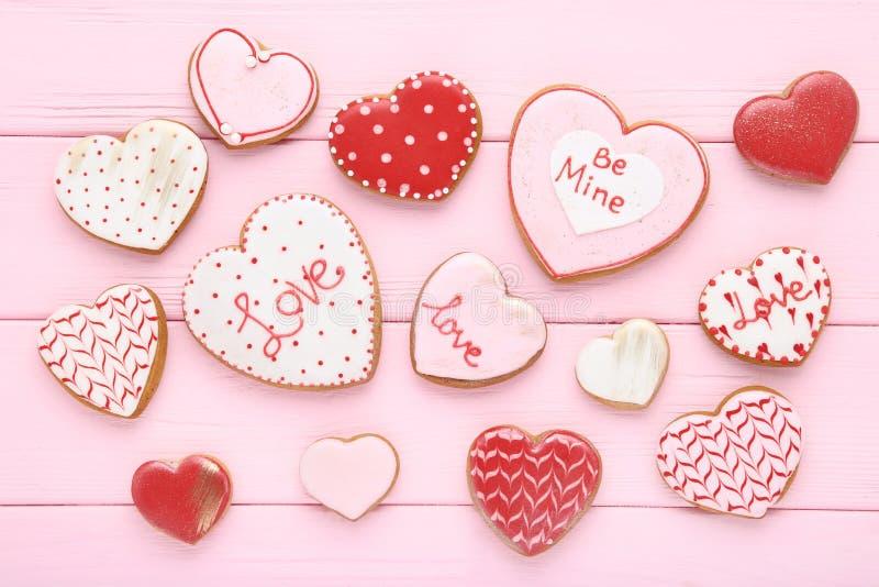 Διαμορφωμένα καρδιά μπισκότα ημέρας βαλεντίνων στοκ εικόνες