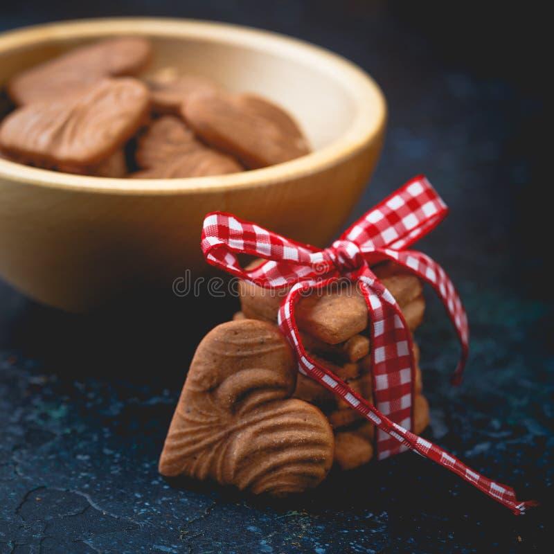 Διαμορφωμένα καρδιά μπισκότα πιπεροριζών για την ημέρα βαλεντίνων ` s στοκ φωτογραφία με δικαίωμα ελεύθερης χρήσης