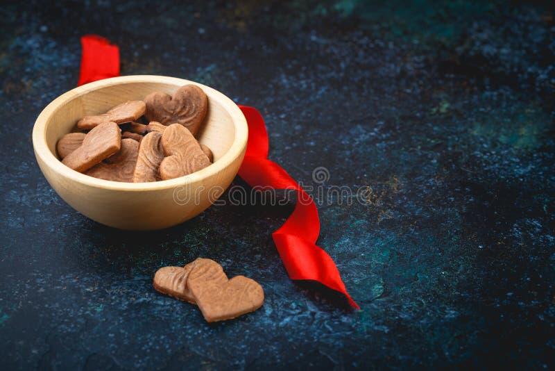 Διαμορφωμένα καρδιά μπισκότα πιπεροριζών για την ημέρα του βαλεντίνου στοκ φωτογραφία
