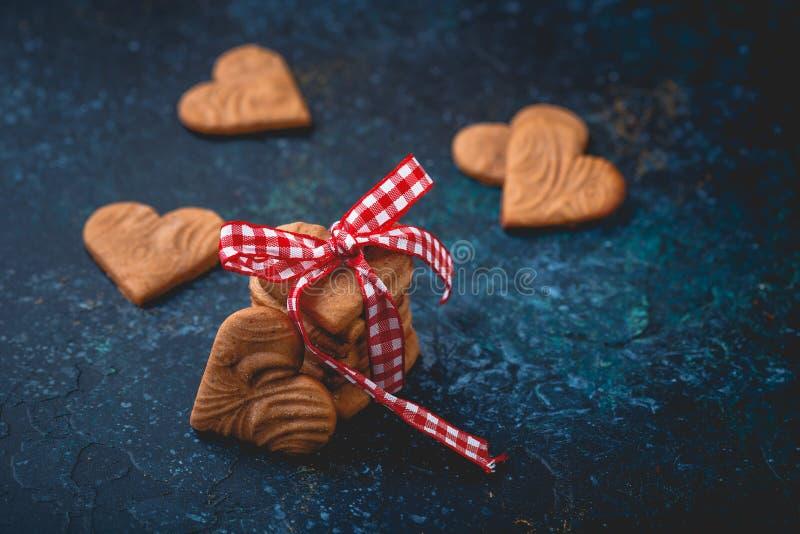 Διαμορφωμένα καρδιά μπισκότα πιπεροριζών για την ημέρα του βαλεντίνου στοκ εικόνα