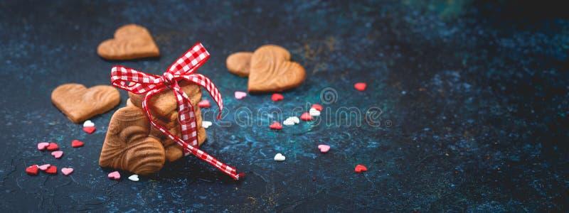 Διαμορφωμένα καρδιά μπισκότα πιπεροριζών για την ημέρα του βαλεντίνου στοκ εικόνες με δικαίωμα ελεύθερης χρήσης