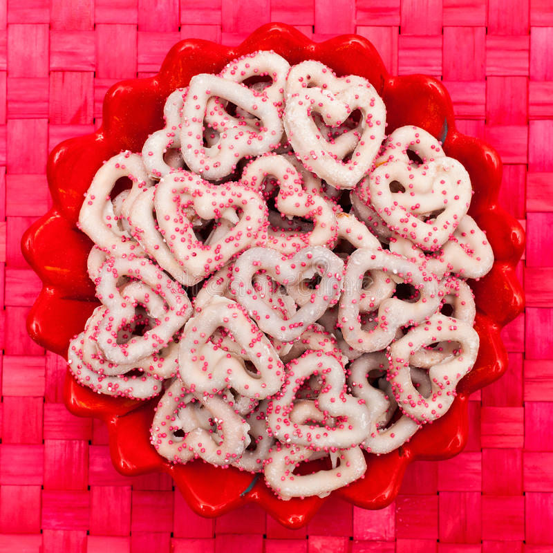 Διαμορφωμένα καρδιά καλυμμένα καραμέλα pretzels στοκ φωτογραφία με δικαίωμα ελεύθερης χρήσης