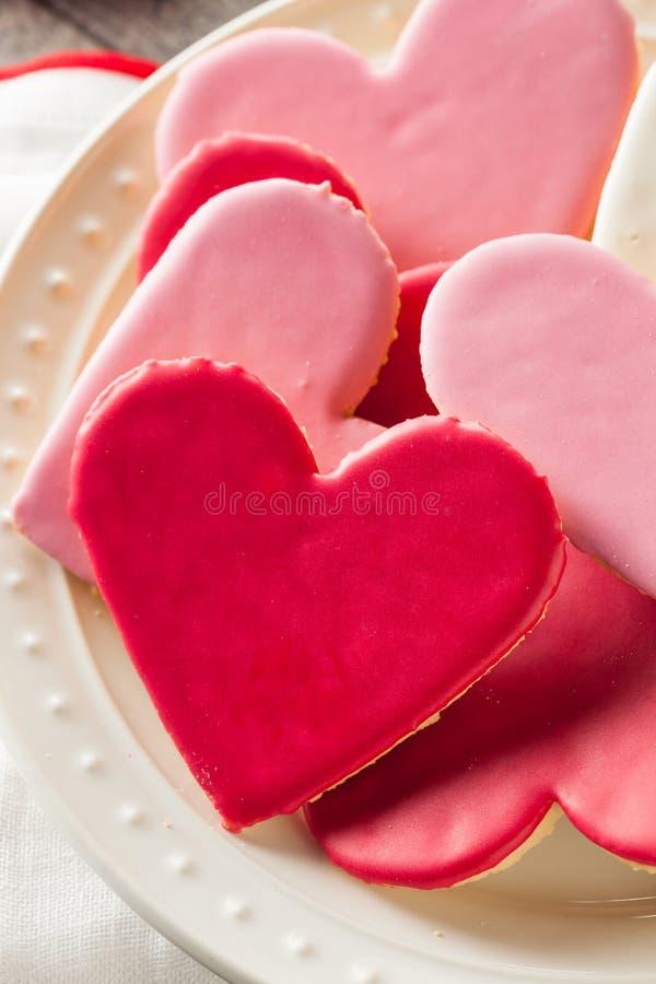 Διαμορφωμένα καρδιά μπισκότα ζάχαρης ημέρας του βαλεντίνου στοκ φωτογραφία