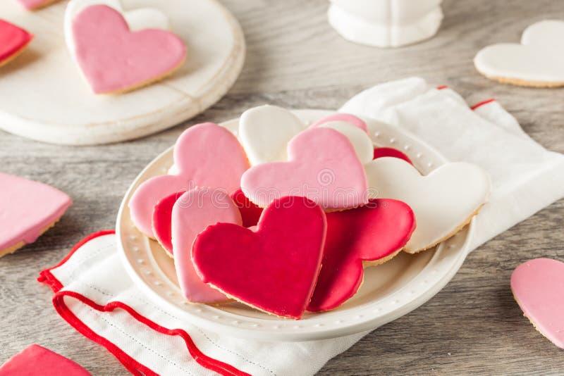Διαμορφωμένα καρδιά μπισκότα ζάχαρης ημέρας του βαλεντίνου στοκ φωτογραφία με δικαίωμα ελεύθερης χρήσης