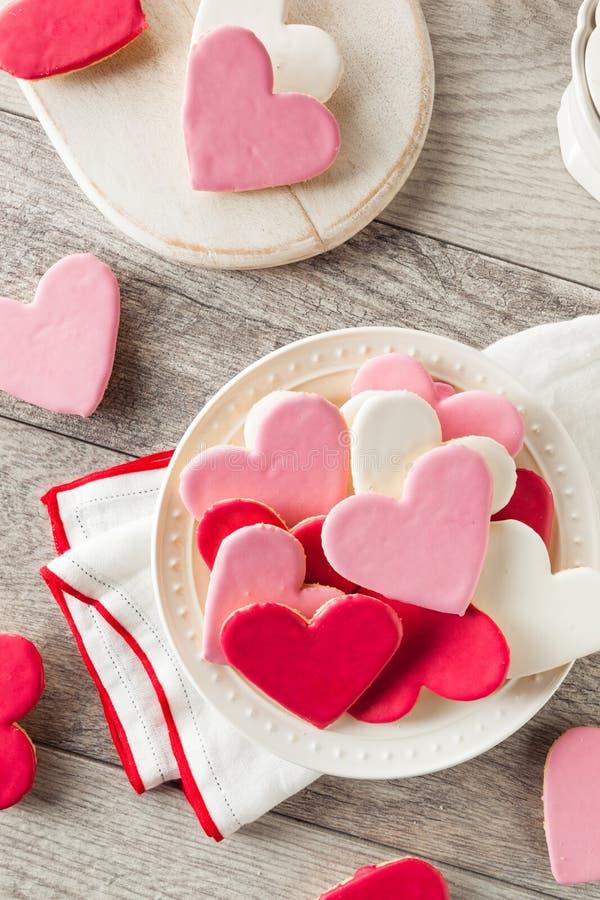 Διαμορφωμένα καρδιά μπισκότα ζάχαρης ημέρας του βαλεντίνου στοκ εικόνα