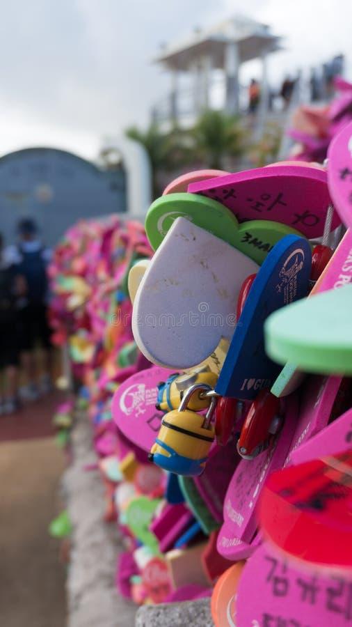 Διαμορφωμένες καρδιά κλειδαριές στο σημείο δύο εραστών ` s στο Γκουάμ στοκ εικόνα με δικαίωμα ελεύθερης χρήσης