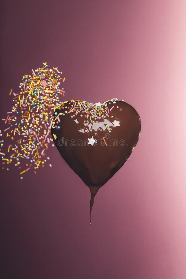 διαμορφωμένη καρδιά καραμέλα σοκολάτας με το μειωμένο λούστρο στοκ φωτογραφία με δικαίωμα ελεύθερης χρήσης