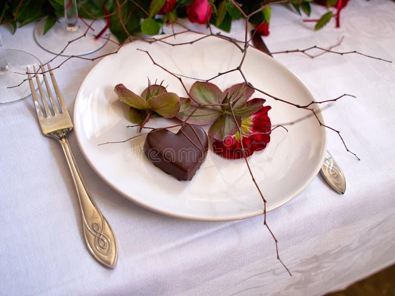 Διαμορφωμένη καρδιά έρημος πραλίνας σοκολάτας για την ημέρα του βαλεντίνου στοκ εικόνες