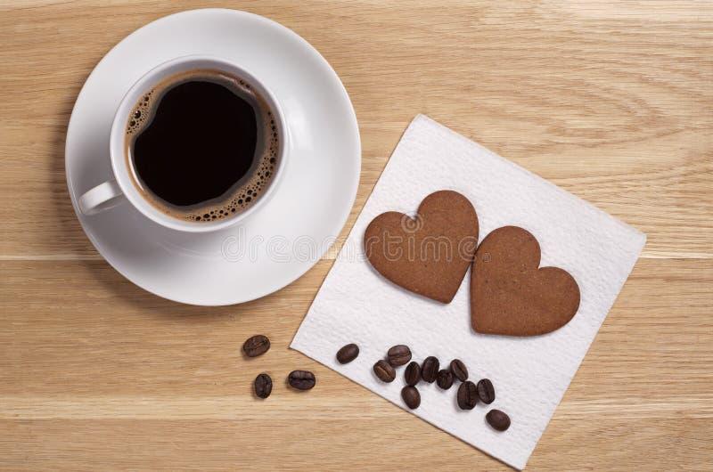 Διαμορφωμένοι καρδιά μπισκότα και καφές πιπεροριζών στοκ εικόνα με δικαίωμα ελεύθερης χρήσης