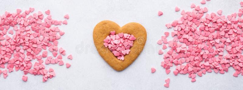 Διαμορφωμένο καρδιά μπισκότο και ρόδινες καρδιές καραμελών για την ημέρα του βαλεντίνου στοκ φωτογραφία με δικαίωμα ελεύθερης χρήσης