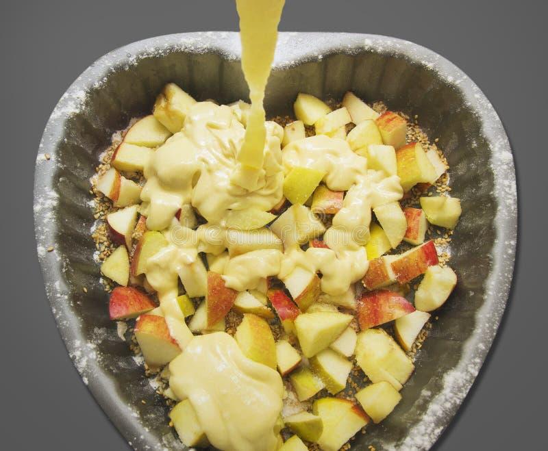 Διαμορφωμένο καρδιά κέικ με το μήλο και τη ζύμη στοκ φωτογραφίες