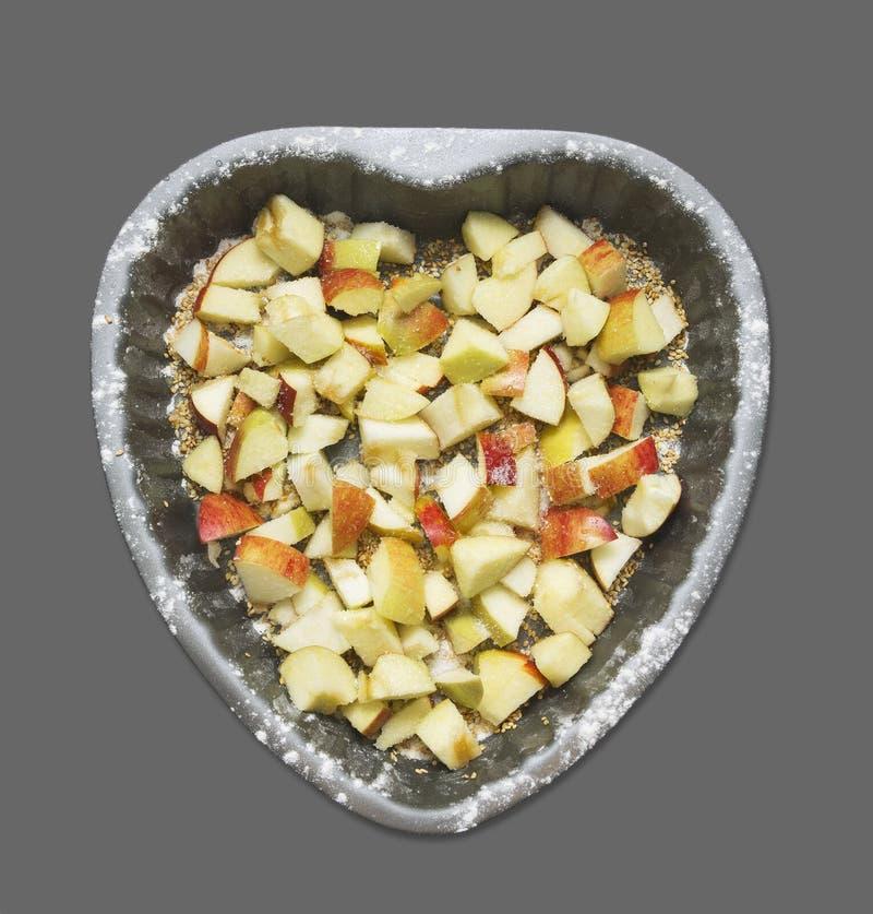 Διαμορφωμένο καρδιά κέικ με το μήλο στοκ εικόνα