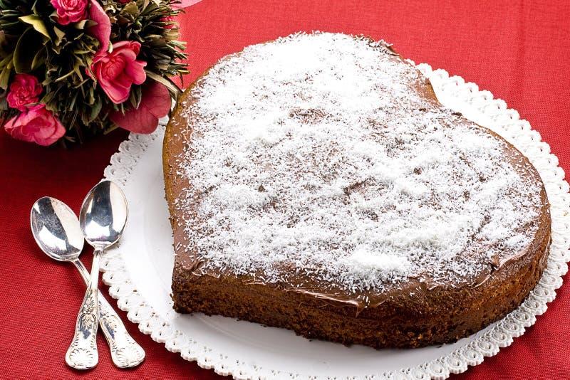 Διαμορφωμένο καρδιά κέικ σοκολάτας στοκ φωτογραφίες