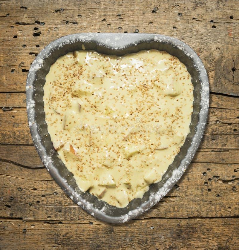 Διαμορφωμένο καρδιά κέικ στο παλαιό ξύλινο υπόβαθρο στοκ φωτογραφίες με δικαίωμα ελεύθερης χρήσης
