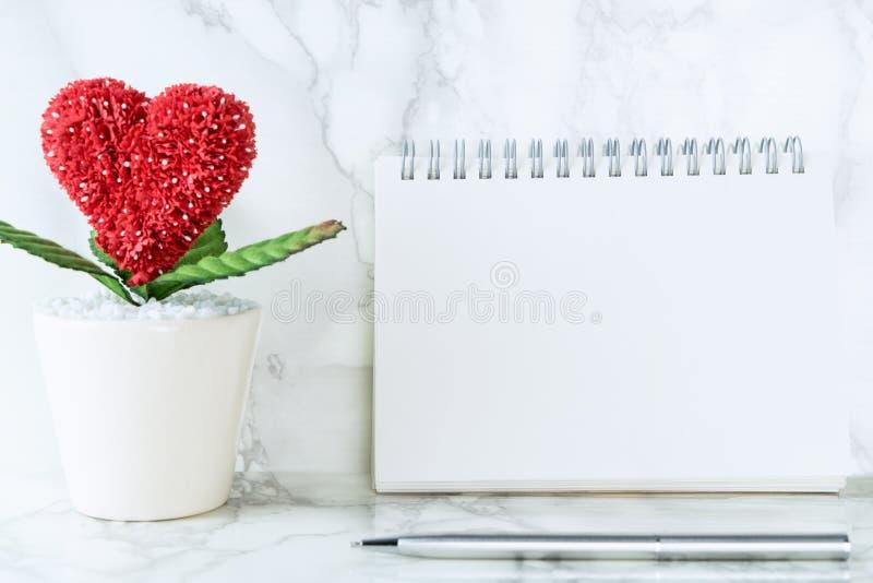 Διαμορφωμένο καρδιά λουλούδι με την κενή σελίδα βιβλίων για τους βαλεντίνους στοκ φωτογραφίες με δικαίωμα ελεύθερης χρήσης