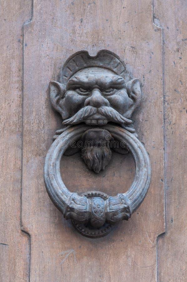 Διαμορφωμένο ρόπτρα κεφάλι πορτών ενός ατόμου με μια γενειάδα και mustache Ιταλία Φλωρεντία στοκ εικόνες