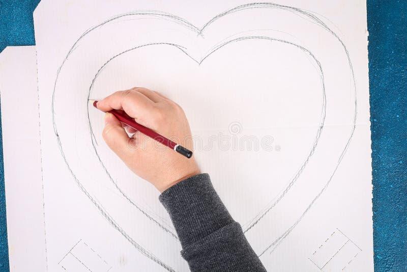 Διαμορφωμένο το καρδιά στεφάνι διακόσμησε το τεχνητό λουλούδι που έγινε τις ρόδινες πετσέτες εγγράφου ιστού στοκ φωτογραφίες