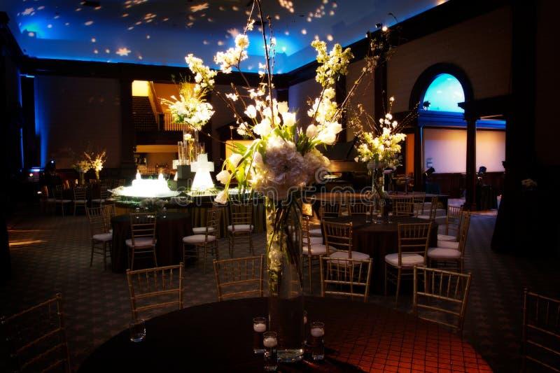 διαμορφώστε το θέτοντας επιτραπέζιο γάμο λήψης στοκ εικόνες