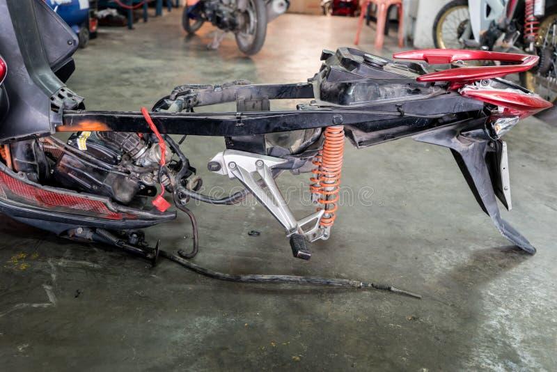 Διαμόρφωση μιας μοτοσικλέτας στην επισκευή της ζημίας στοκ εικόνες με δικαίωμα ελεύθερης χρήσης