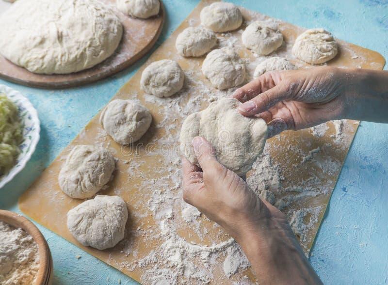 Διαμόρφωση των μικρών πιτών με τη ζύμη λάχανων κέικ σπιτικό στοκ φωτογραφία με δικαίωμα ελεύθερης χρήσης