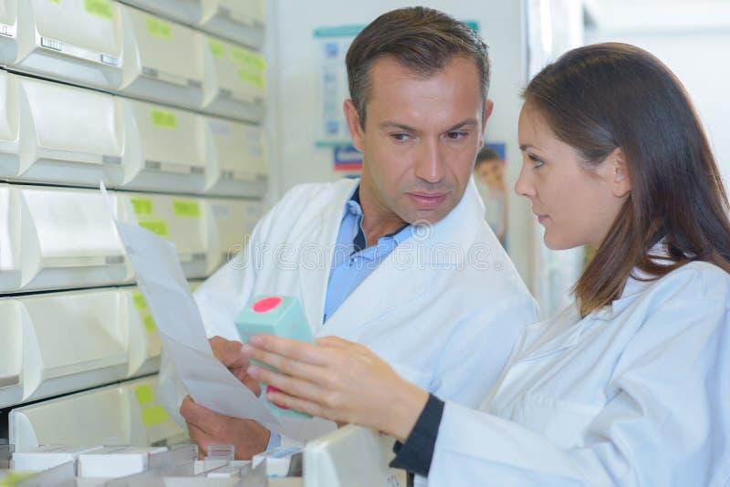 Διανέμοντας φαρμακοποιοί στη συζήτηση στοκ φωτογραφία με δικαίωμα ελεύθερης χρήσης