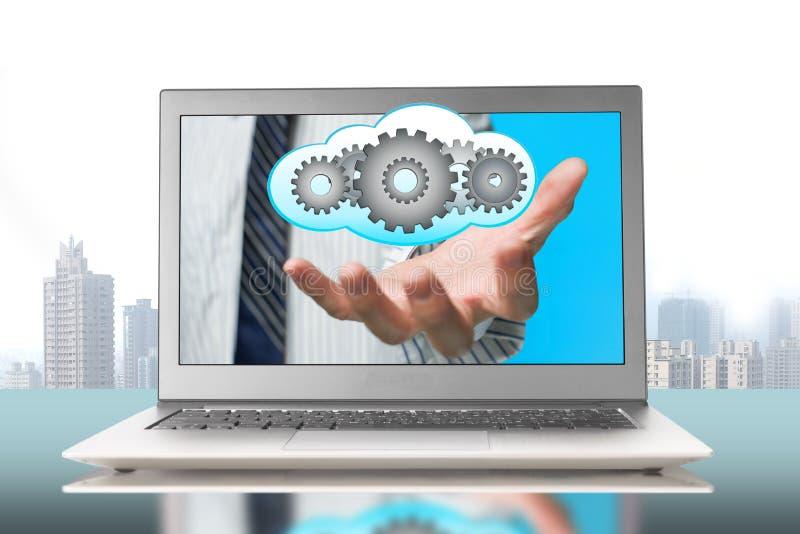 Διανείμετε την μπροστινή οθόνη με τα εργαλεία μέσα στο σύννεφο στοκ εικόνες