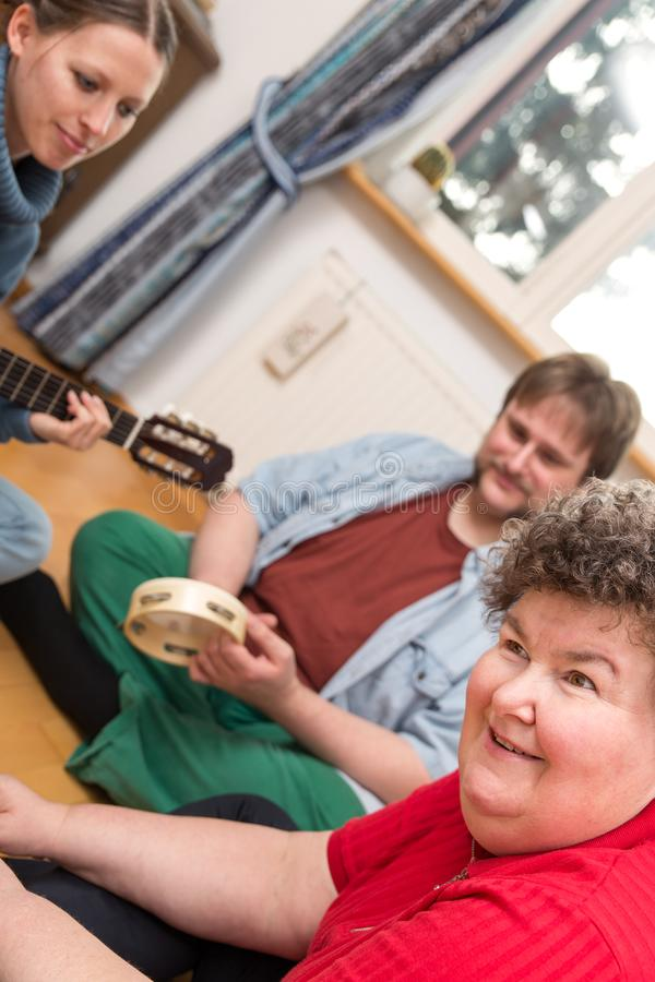 Διανοητικά - με ειδικές ανάγκες γυναίκα που ακούει η μουσική στοκ φωτογραφία με δικαίωμα ελεύθερης χρήσης