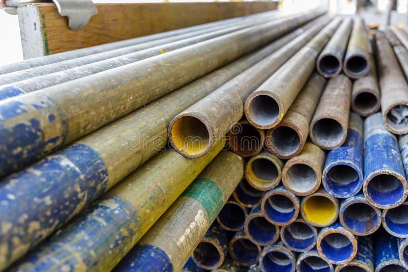 Διανοητικός σωρός σωλήνων ικριωμάτων μαζί στο ξύλο σανίδων ικριωμάτων shelv στοκ φωτογραφία