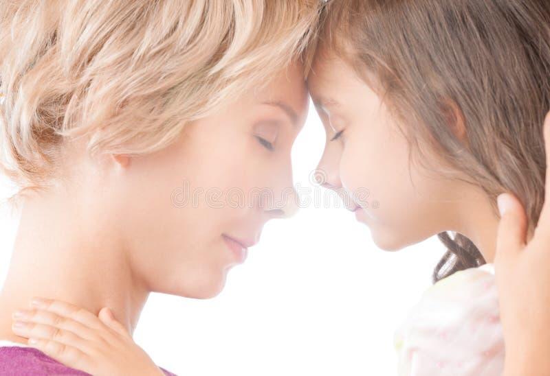 διανομή μητέρων αγκαλιάσμ&alph στοκ εικόνες