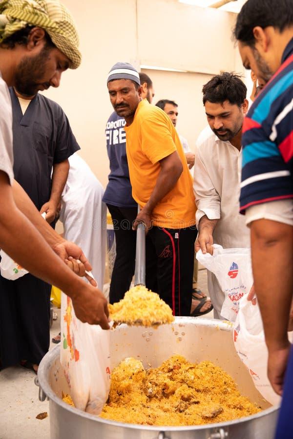Διανομή συσκευασιών ` τροφίμων στο μουσουλμανικό τέμενος κατά τη διάρκεια του iftar γεύματος Ramadan στοκ εικόνες με δικαίωμα ελεύθερης χρήσης