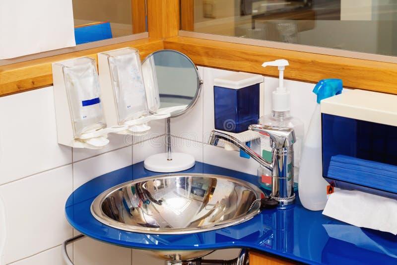 Διανομείς σαπουνιών στην οδοντική κλινική στοκ φωτογραφίες