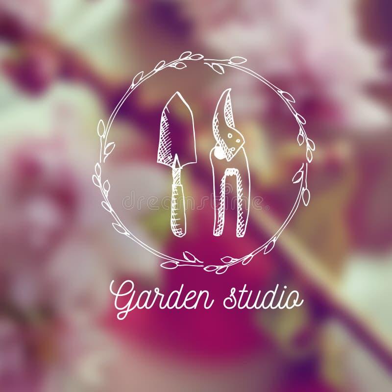 Διανυσματικά έμβλημα κήπων και πρότυπο σχεδίου λογότυπων Στούντιο κήπων - εκλεκτής ποιότητας απεικόνιση με συρμένα τα χέρι στοιχε απεικόνιση αποθεμάτων