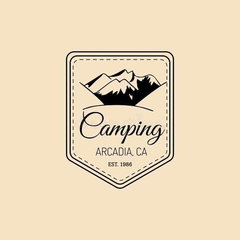Διανυσματικό λογότυπο στρατόπεδων Συρμένη χέρι εκλεκτής ποιότητας ετικέτα τουριστών με τα βουνά Αναδρομικό έμβλημα hipster των υπ απεικόνιση αποθεμάτων
