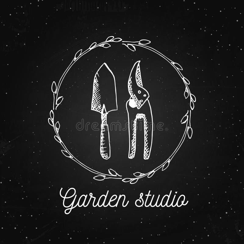 Διανυσματικό πρότυπο σχεδίου λογότυπων κήπων Στούντιο κήπων - εκλεκτής ποιότητας απεικόνιση με συρμένα τα χέρι στοιχεία στον πίνα διανυσματική απεικόνιση