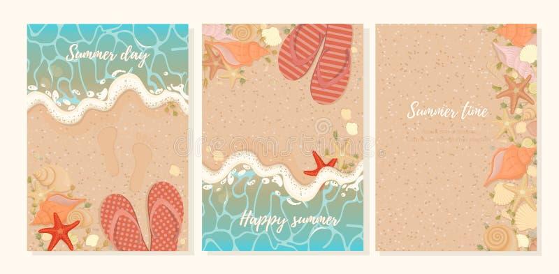 Διανυσματικό σύνολο θερινών καρτών με τις παντόφλες θαλασσινών κοχυλιών αστεριών και φυκιού στην ακτή Αμμώδης παραλία θερινού υπο ελεύθερη απεικόνιση δικαιώματος