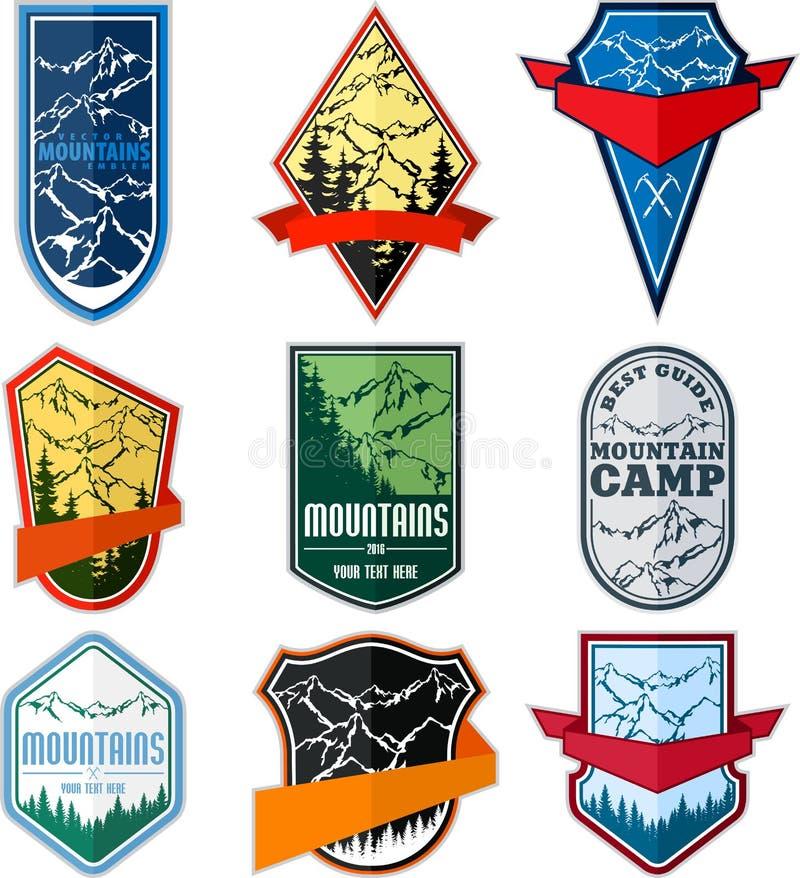 Διανυσματικό σύνολο εμβλήματος λογότυπων αποστολής στρατοπέδευσης περιπέτειας βουνών απεικόνιση αποθεμάτων