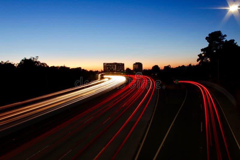Διαπολιτειακός αυτοκινητόδρομος στο ηλιοβασίλεμα στοκ φωτογραφίες