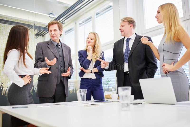 Διαπραγμάτευση επιχειρησιακών ομάδων στοκ εικόνα