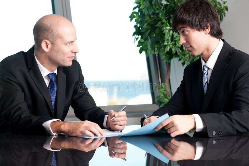 Διαπραγμάτευση δύο businesspeople στοκ εικόνες