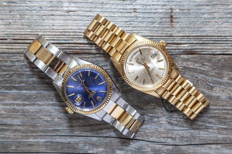 Διαρκής ημερομηνία ημέρας στρειδιών της Rolex και μπλε ρολόι στρειδιών στο ξύλινο υπόβαθρο στοκ φωτογραφίες με δικαίωμα ελεύθερης χρήσης