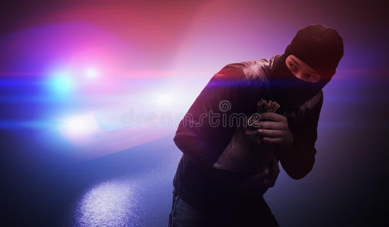 Διαρρήκτης ή κλέφτης που τρέχει μακριά από περιπολικό το βράδυ στοκ εικόνα