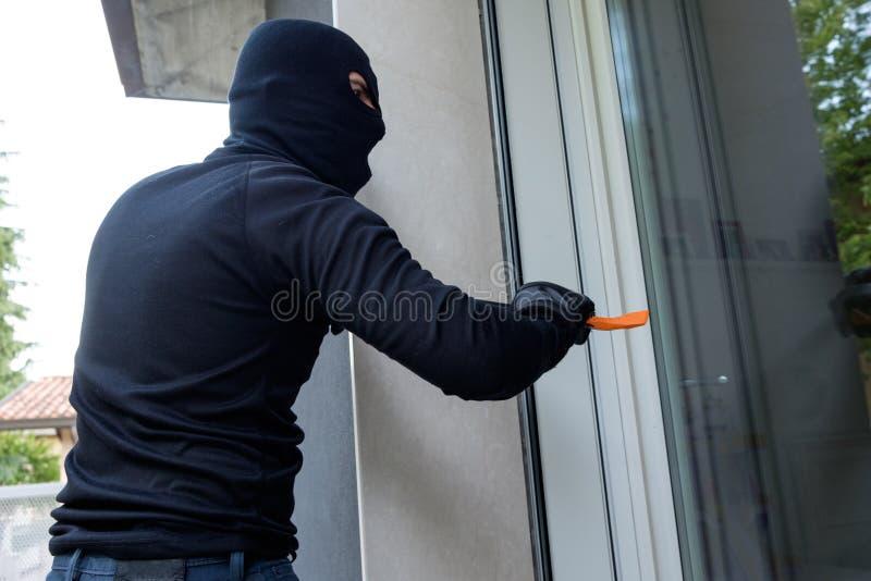Διαρρήκτης που προσπαθεί να αναγκάσει μια πόρτα στοκ φωτογραφία με δικαίωμα ελεύθερης χρήσης
