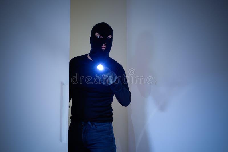 Διαρρήκτης που φορά balaclava που κρατά έναν φακό στοκ φωτογραφίες με δικαίωμα ελεύθερης χρήσης