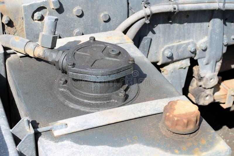 Διαρρεσμένη υδραυλική ρευστή δεξαμενή του φορτηγού μείωσης στοκ φωτογραφίες