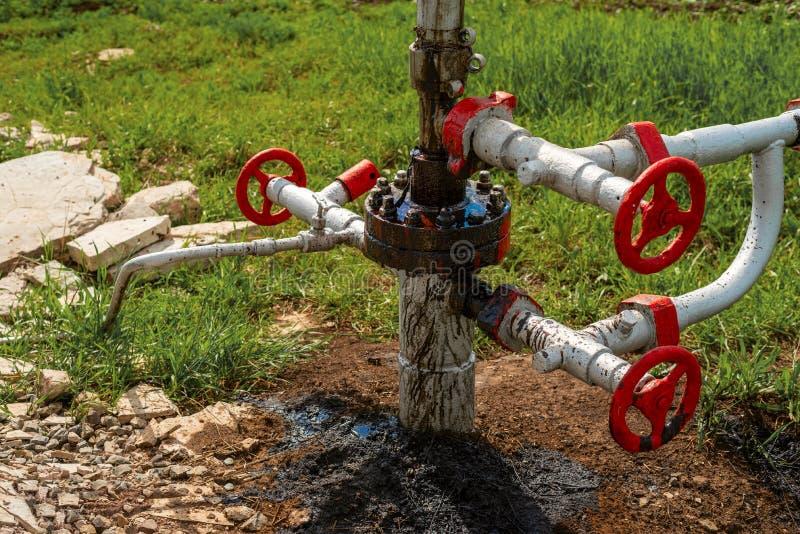 Διαρροή αργού πετρελαίου σε μια πετρελαιοπηγή στοκ φωτογραφία
