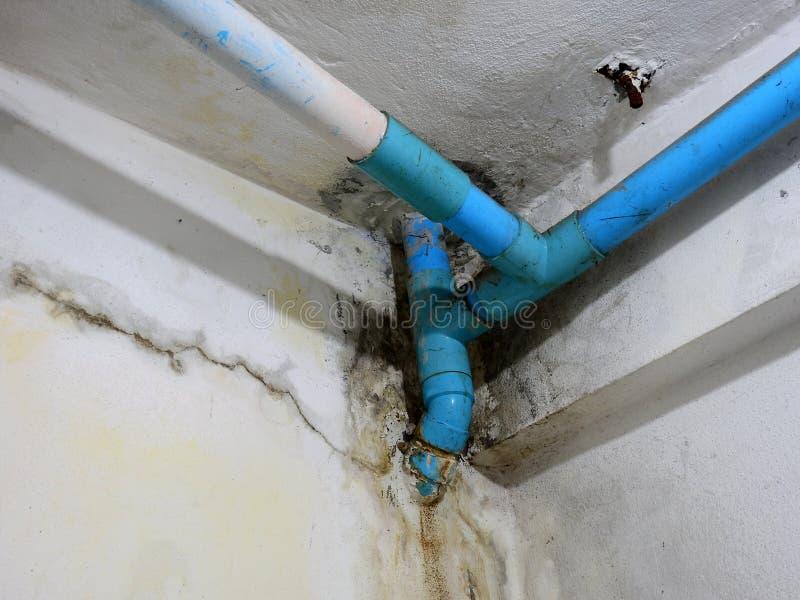 Διαρροή νερού PVC από το πάτωμα επάνω στοκ εικόνες